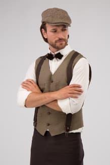Жилет мужской приталенного силуэта с двумя талевыми и двумя нагрудными карманами, оформленными листочками.