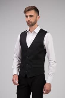 Классический мужской жилет приталенного силуэта с 2-мя карманами с клапаном, 1 карманом в рамку и одним нагрудным карманом-имитацией с листочкой.